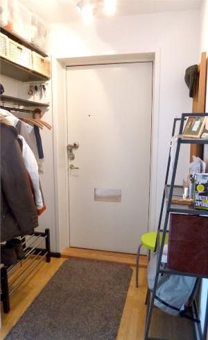 Hallen. Hatthyllan är platsbyggd, av mig. Skoställ Tjusig från Ikea.