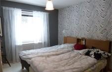 Sovrum. Sänggavel i ek från Mio, sängar Tempur. Fondväggen i zebra blev mycket lyckad till den grå tapeten.