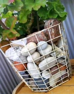 Trådnätskorg med stenar