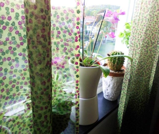 Småblommig gardin i lila och grönt