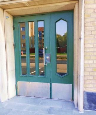 Förr var dörren inte grönmålad utan träfärgad.