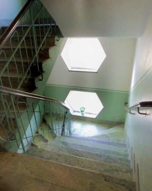 Från andra våningen på väg ned.