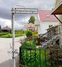 Genom villakvarter mot Emaus lantgård.