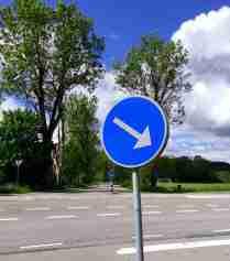 Tvärs över vägen mot Gustafsberg.