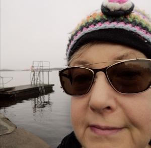 Fru Olsson vid badbryggan Sörkullen.