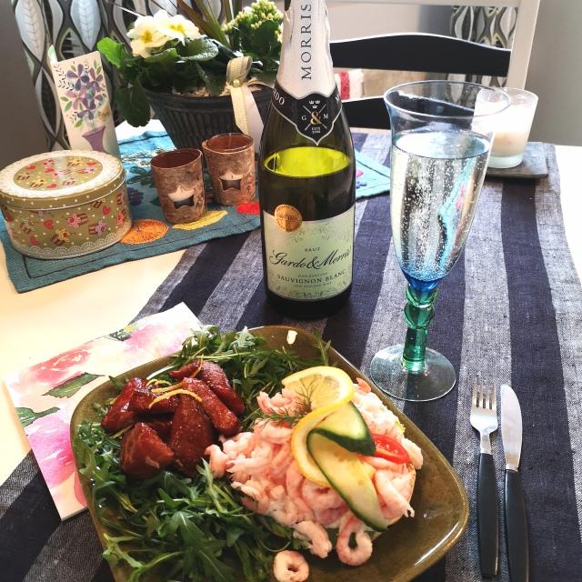 Räkmacka, champagneglaserade laxnuggets och mousserade vin.